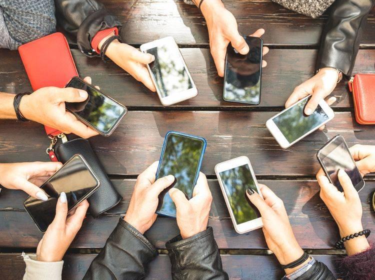 Das Smartphone ist bei vielen allgegenwärtig. Wie viel Zeit wir wirklich mit dem Gerät verbringen, hat eine Studie untersucht.