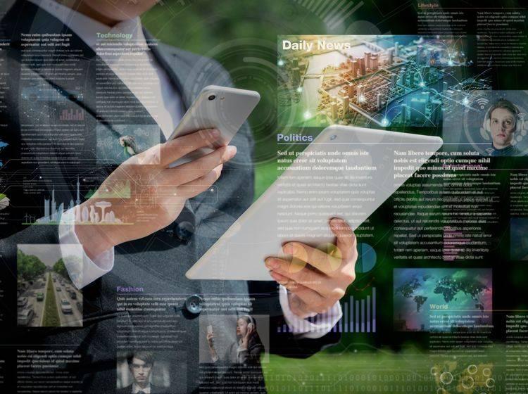 Geschäftsmann guckt sich News auf Smartphone und Tablet an