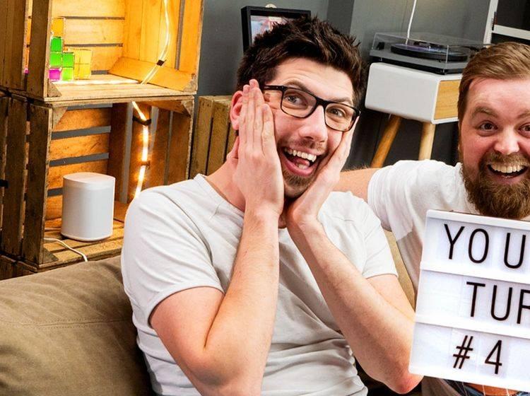 Zwei Mitarbeiter von Content Fleet sitzen auf einem Sofa und freuen sich