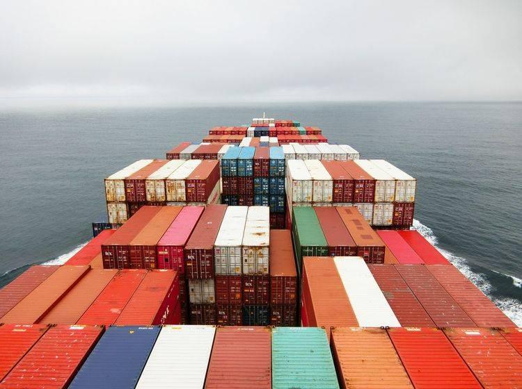 Containerschiff auf dem Meer aus der Vogelperspektive