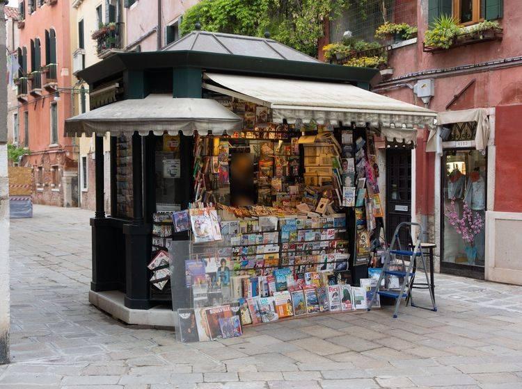 Kleiner Zeitungsladen in einer spanischen Fußgängerzone
