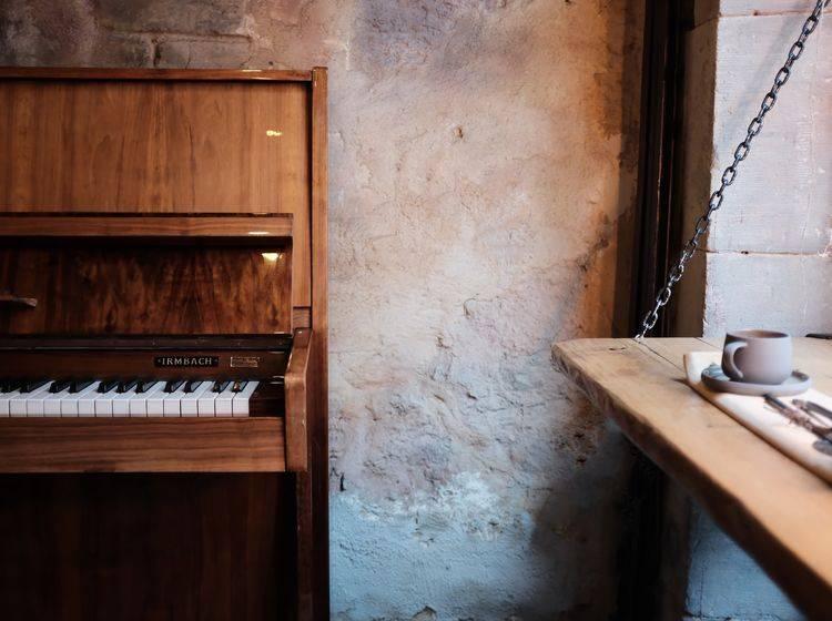 Klavier steht an einer Fensterbank in einem sehr alten Haus