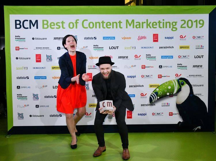 Die Gewinner stehen bei der BCM Preisverleihung vor der Pressewand